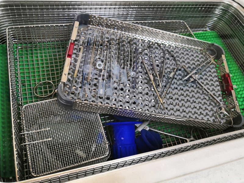 Procedure om medische apparatuur met Ultrasone machine in de centrale steriele leveringsafdeling schoon te maken stock afbeelding