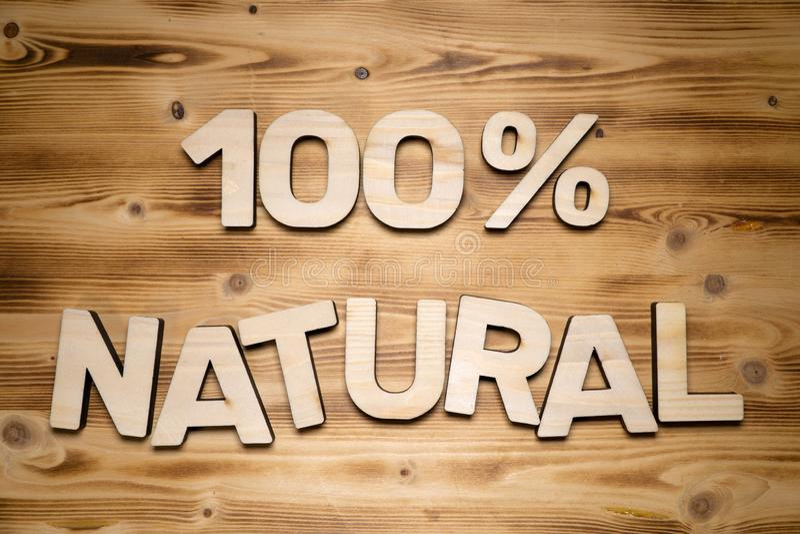100 procentów NATURALNI słowa robić drewniani blokowi listy na drewnianej desce zdjęcie stock
