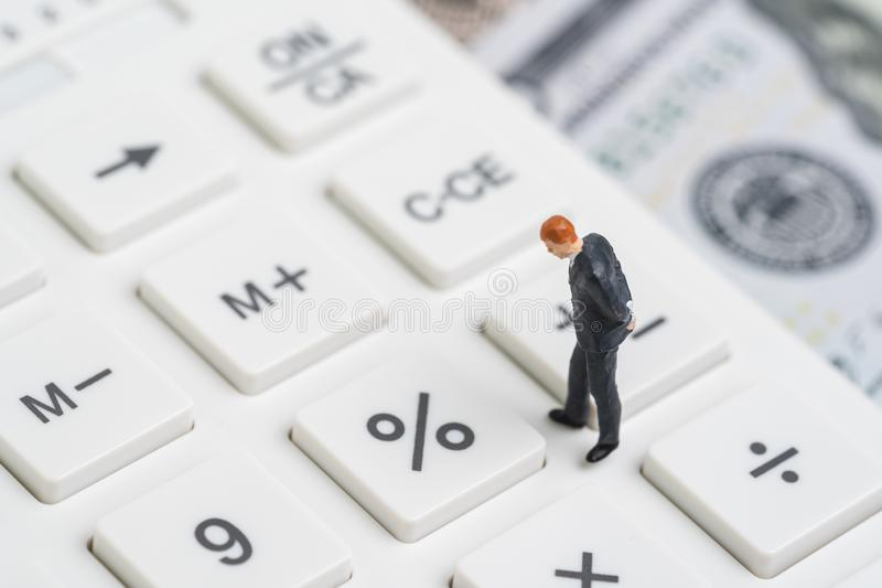Procentsats för räntesatssnitt vid FED, Federal Reserve begrepp, miniatyrfolkaffärsman som tänker och ser procentknappen fotografering för bildbyråer