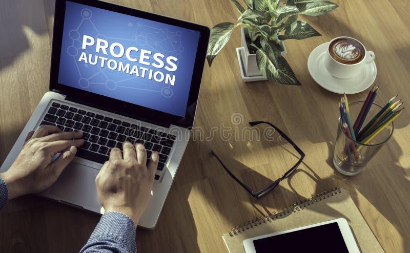 PROCES automatyzaci Rozważna męska osoba patrzeje cyfrowy pastylka ekran, laptop fotografia royalty free
