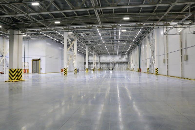 Proces budowa i wodowanie wielkie logistyki ześrodkowywamy, swój wewnętrzna apretura i plombowanie zdjęcie stock
