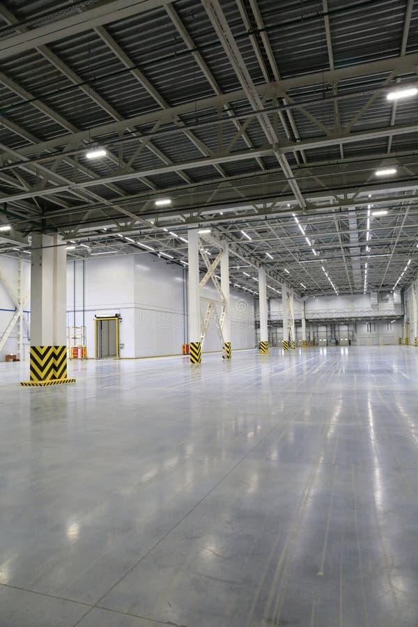 Proces budowa i wodowanie wielkie logistyki ześrodkowywamy, swój wewnętrzna apretura i plombowanie zdjęcia stock