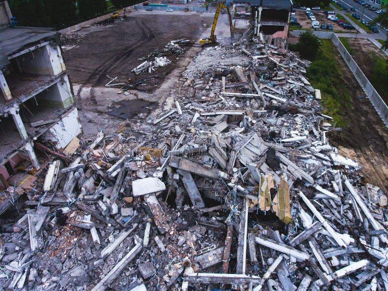 Proces buliding rozbiórkę, wyburzający dom, strzał od powietrza z trutniem obrazy stock