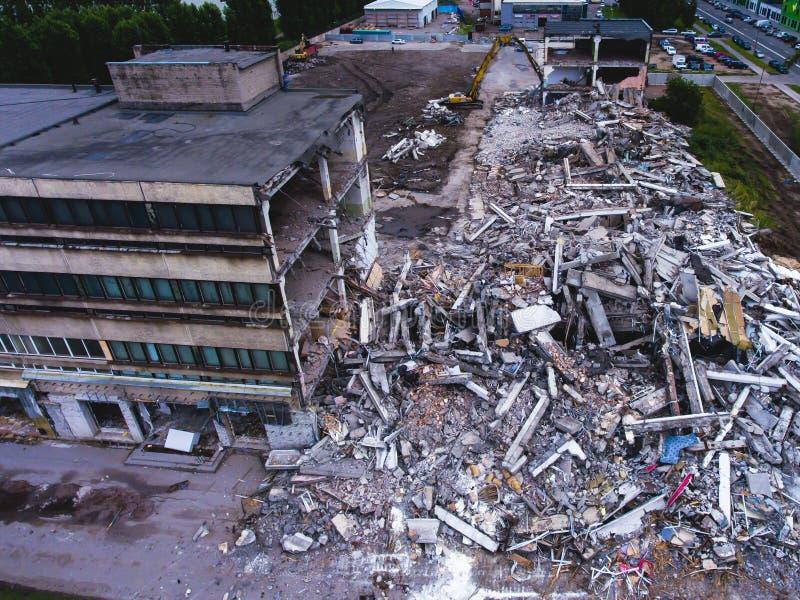 Proces buliding rozbiórkę, wyburzający dom, strzał od powietrza z trutniem obraz royalty free