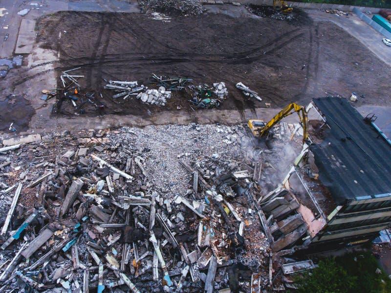 Proces buliding rozbiórkę, wyburzający dom, strzał od powietrza z trutniem zdjęcia stock