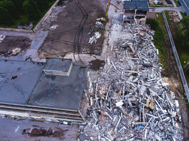 Proces buliding rozbiórkę, wyburzający dom, strzał od powietrza z trutniem fotografia stock