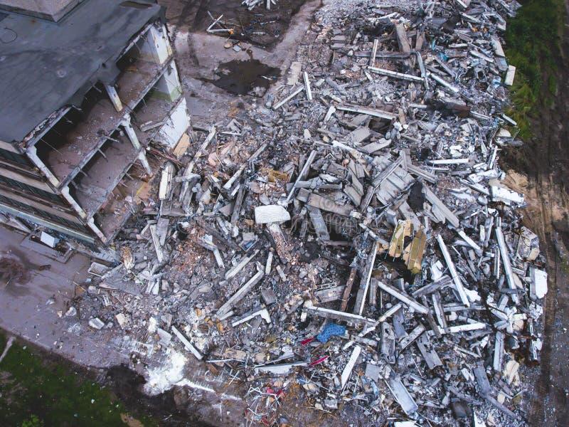 Proces buliding rozbiórkę, wyburzający dom, strzał od powietrza z trutniem obrazy royalty free