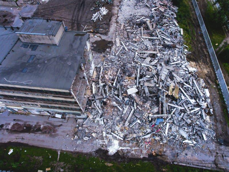 Proces buliding zniszczenie, wyburzający dom, strzał od powietrza z trutniem zdjęcie stock
