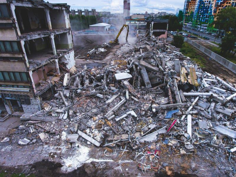 Proces buliding zniszczenie, wyburzający dom, strzał od powietrza z trutniem zdjęcie royalty free