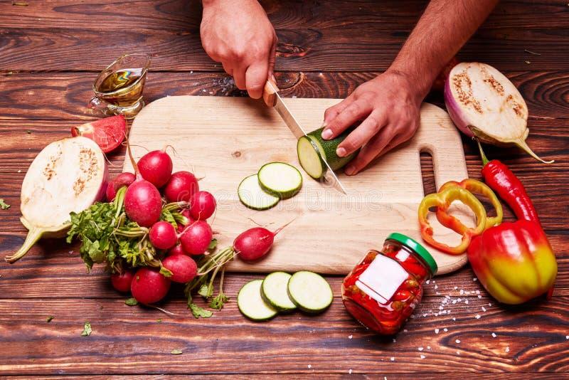 Proces ciąć warzywa na tnącej desce obraz royalty free