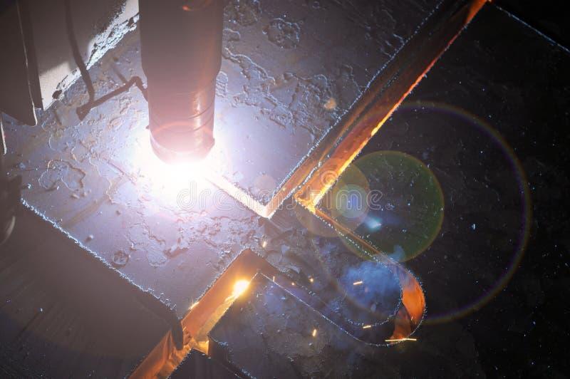 Proces die om metaal te snijden plasmasnijmachine met behulp van royalty-vrije stock foto's