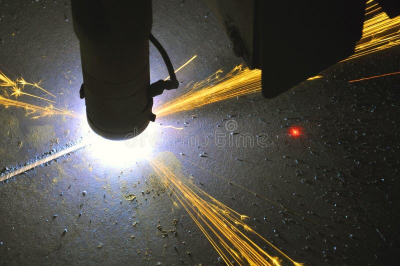 Proces die om metaal te snijden plasmasnijmachine met behulp van stock foto