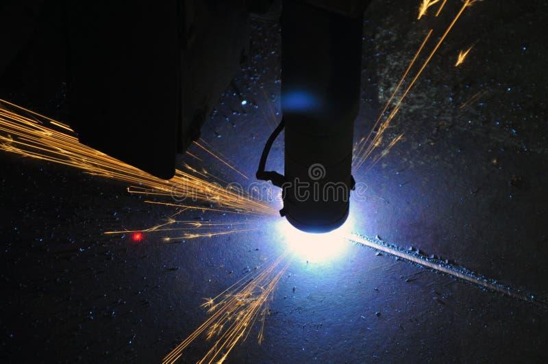 Proces die om metaal te snijden plasmasnijmachine met behulp van royalty-vrije stock foto