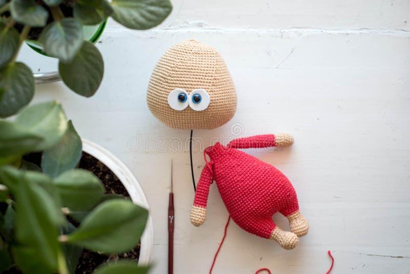 Proces dzianie zabawki Trykotowe zając, łapy, ogony, ucho obraz stock