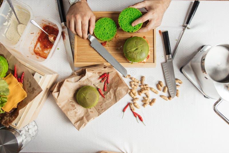 Proces gotować hamburgery Mistrzowska Kucbarska rozcięcie zieleni szpinaka babeczka, zdjęcia royalty free