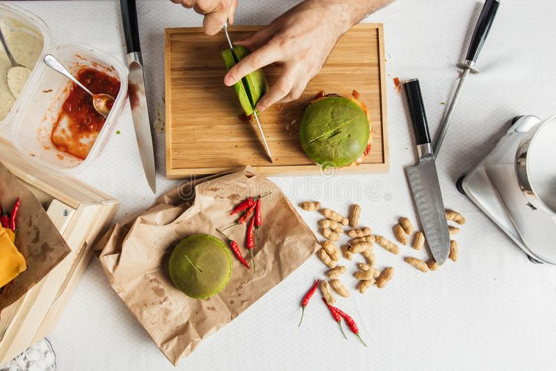 Proces gotować hamburgery Mistrzowska Kucbarska rozcięcie zieleni szpinaka babeczka, fotografia stock