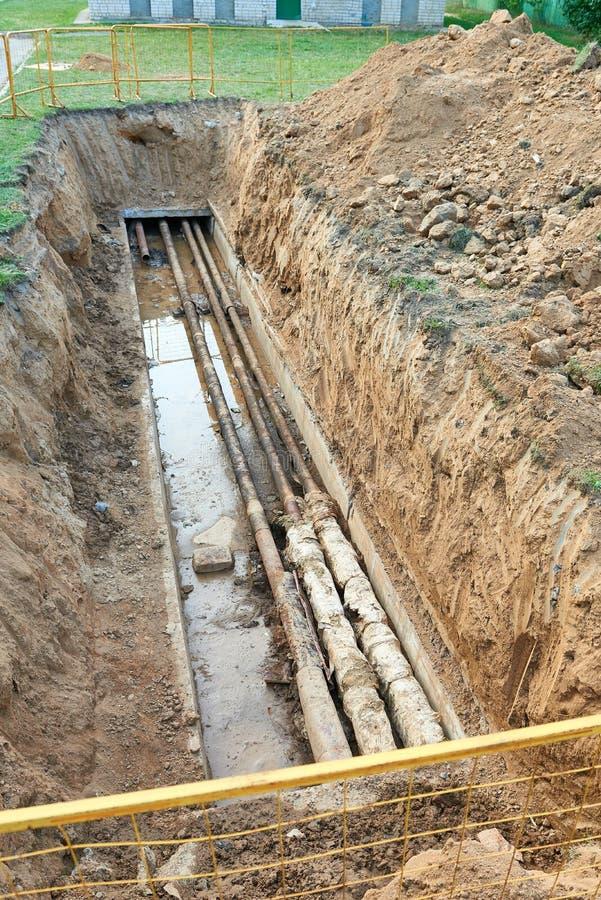 Proces komunikacje, stary upał i wodne drymby w ziemi naprawy lub zastępstwa, fotografia stock