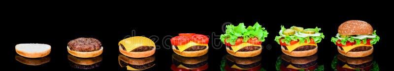 Proces maken van hamburger, stap voor stap geïsoleerd op zwarte achtergrond Hamburger brede banner Gespleten hamburger Binnen ver royalty-vrije stock fotografie