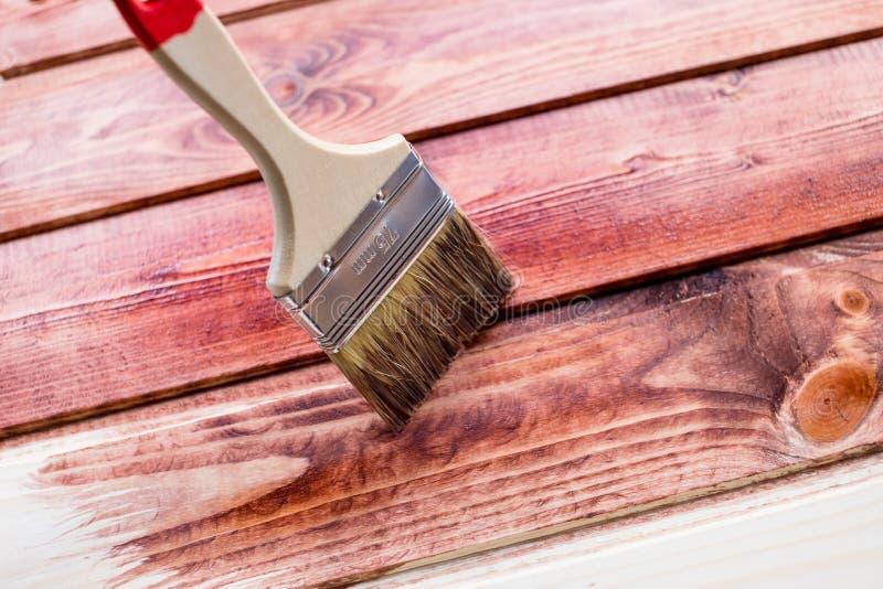 Proces malować drewniane deski Przywrócić drewniane deski Zamyka w górę fotografii muśnięcie na drewnianym tekstury tle obraz stock