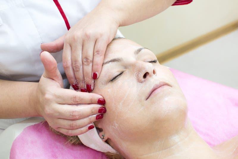 Proces masaż i facials zdjęcia stock