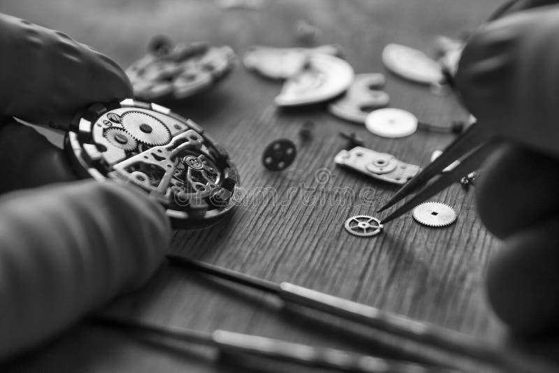 Proces om deel op een mechanisch horloge te installeren, horlogereparatie stock foto