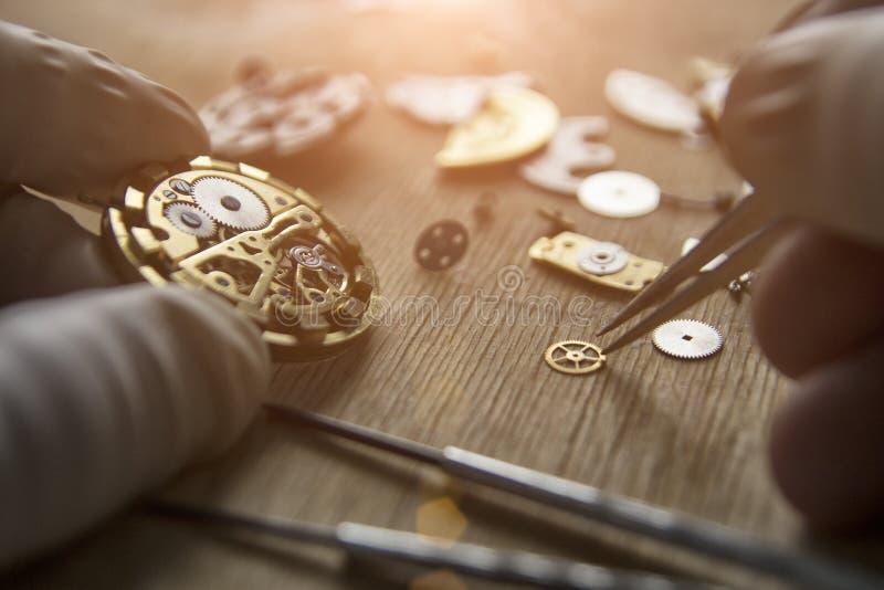 Proces om deel op een mechanisch horloge te installeren, horlogereparatie stock afbeeldingen