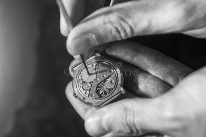 Proces om deel op een mechanisch horloge te installeren, horlogereparatie royalty-vrije stock foto's