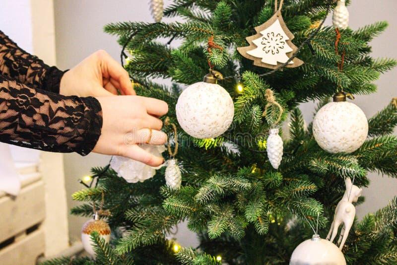 Proces om een Nieuwjaarboom te verfraaien Conceptenboom voor het vieren van het Nieuwjaar en Kerstmis, die de Kerstboom verfraaie stock afbeeldingen