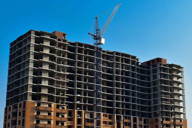 Proces om high-rise structuur met kraan te bouwen stock foto's