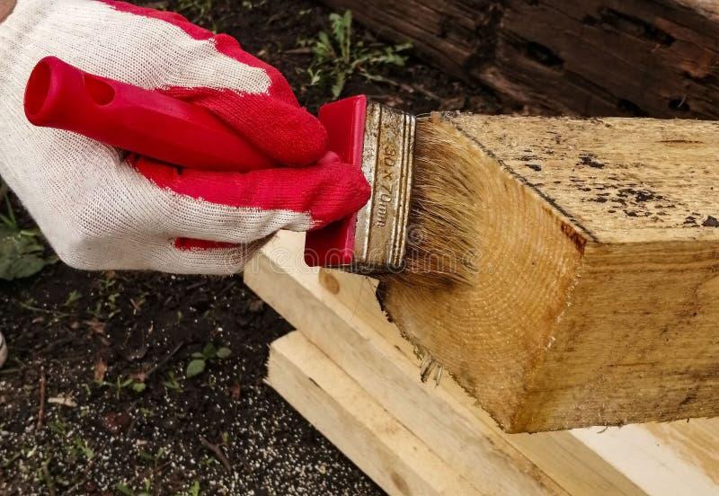 Proces om hout te schilderen, stock foto