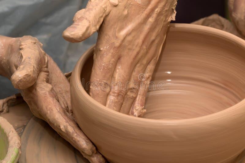 Proces om kleikom op aardewerkwiel te maken royalty-vrije stock fotografie