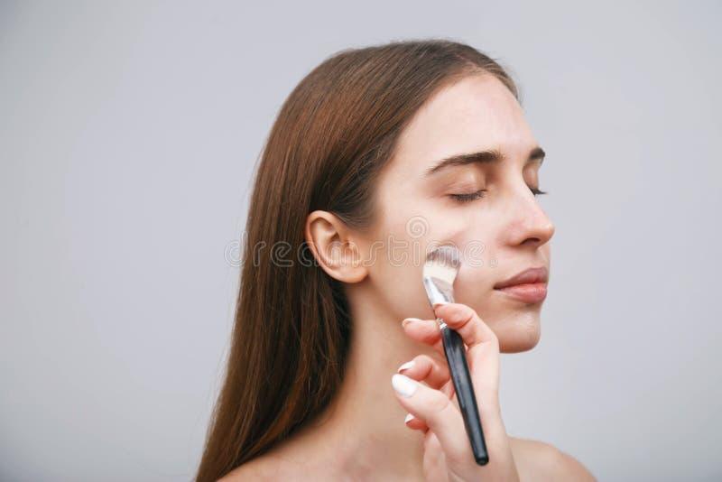 Proces om make-up te maken stock afbeelding