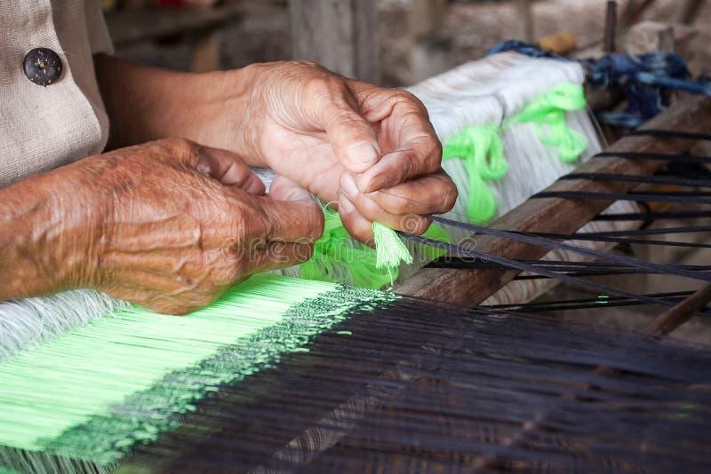 Proces om te weven, het verven, Thaisilk royalty-vrije stock foto