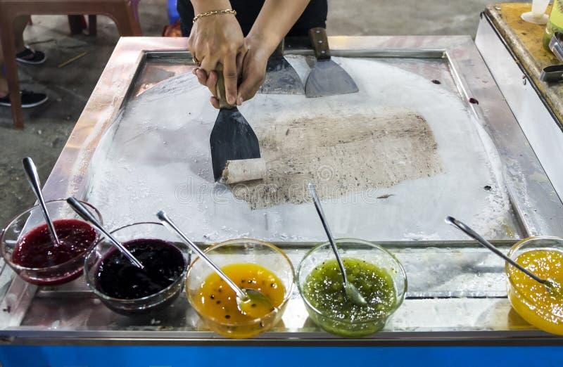 Proces om traditioneel fruitroomijs bij nachtmarkt te maken stock afbeelding