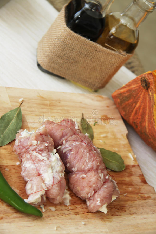 Proces om varkensvleesbroodjes te marineren stock afbeelding