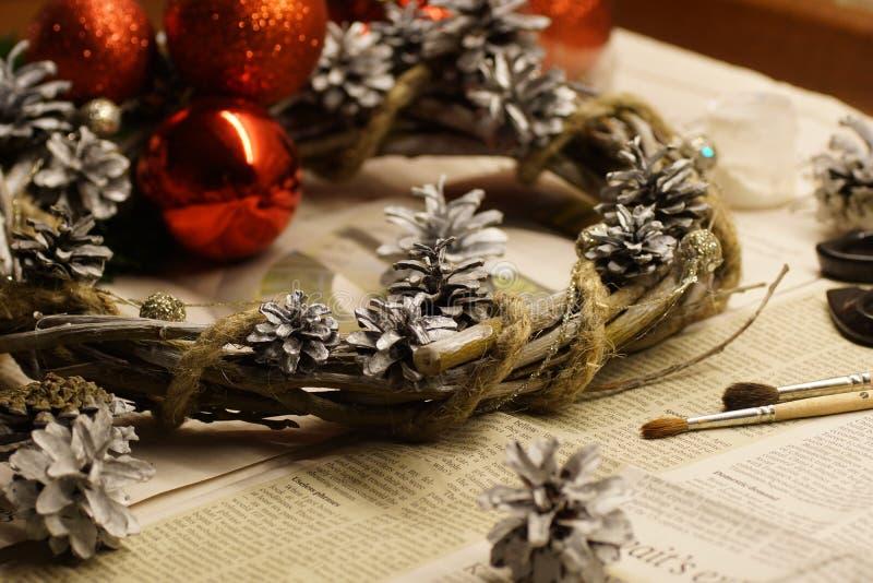 Proces robić Bożenarodzeniowemu wiankowi z jego swój ręce Adwentowy wianek lub Adwentowa korona, jesteśmy Chrześcijańskim tradycj obrazy stock