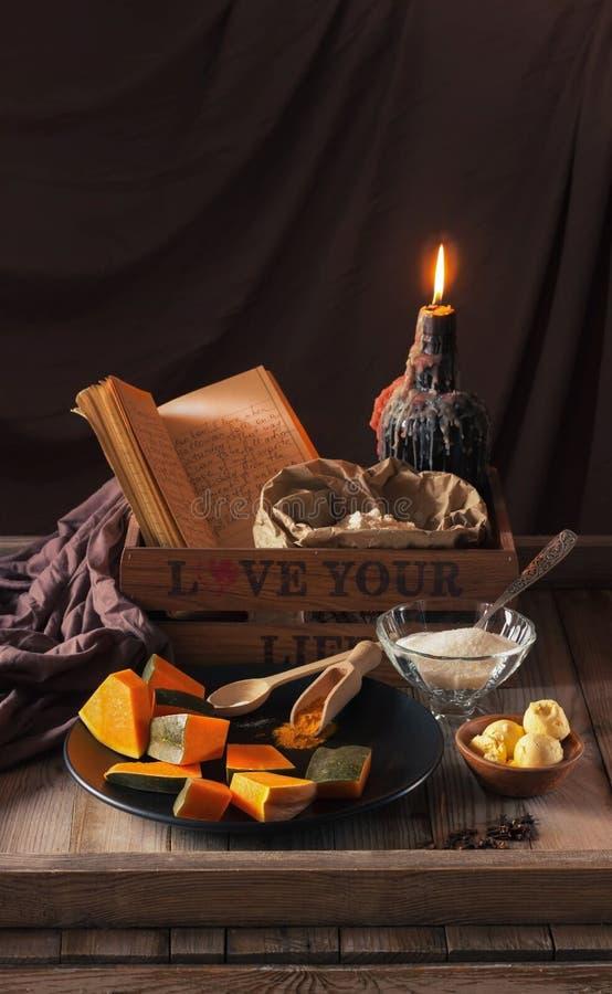 Proces robić ciastkom dla świętowania Halloween Dyniowi kawałki, cukier, yolks i pikantność, Wciąż życie w ciemnych kolorach zdjęcie royalty free
