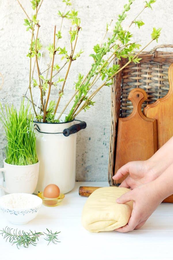 Proces robić ciastu dla kulebiaków, babeczki, chucha na drewnianym stole Provencal styl Domowy pieczenie, ręki w ramie fotografia royalty free