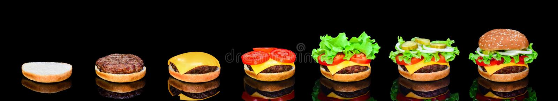 Proces robić hamburger, krok po kroku odosobniony na czarnym tle Hamburgeru szeroki sztandar Rozszczepiony hamburger Hamburger dz fotografia royalty free