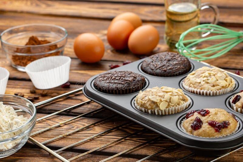 Proces robić muffins w jaskrawym krzemu tworzy Kulinarny proces Przygotowanie scena fotografia royalty free