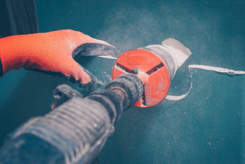 Proces robić wokoło dziur w gipsowej desce zdjęcie royalty free