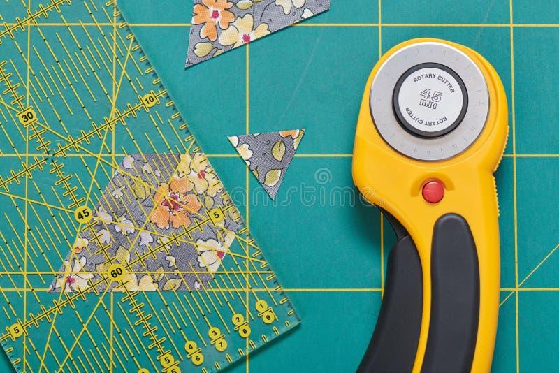 Proces rozcięcie kawałki tkanina w formie sześciokątów tworzyć quiltThe proces rozcięcie kawałki tkanina w s zdjęcia stock