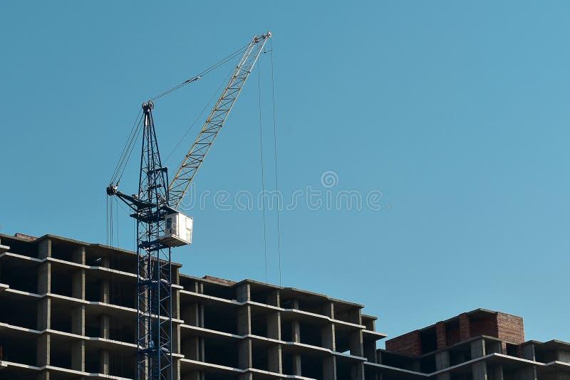 Proces van bouwhigh-rise de bouw met kraan stock fotografie