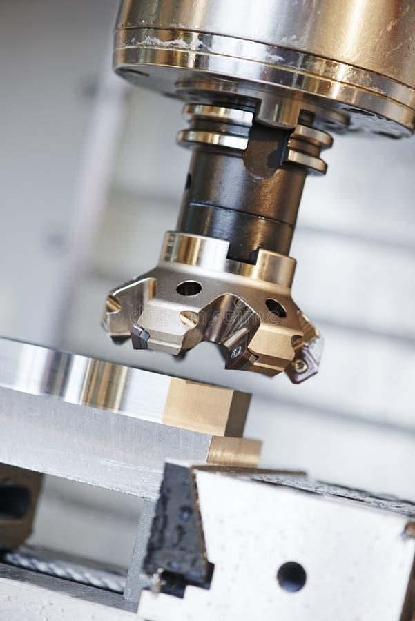 Proces van metaal die door molen machinaal bewerken stock fotografie