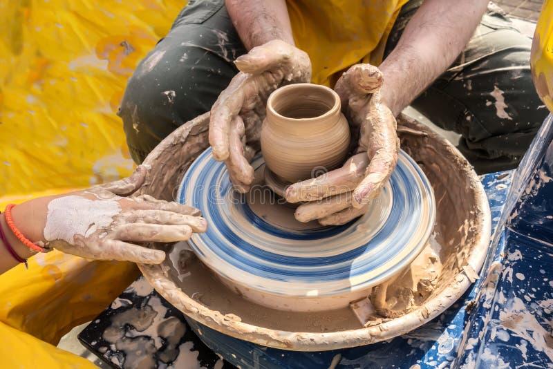 Proces van omwenteling van pottenbakkers` s wiel, handen van ceramist stock afbeeldingen