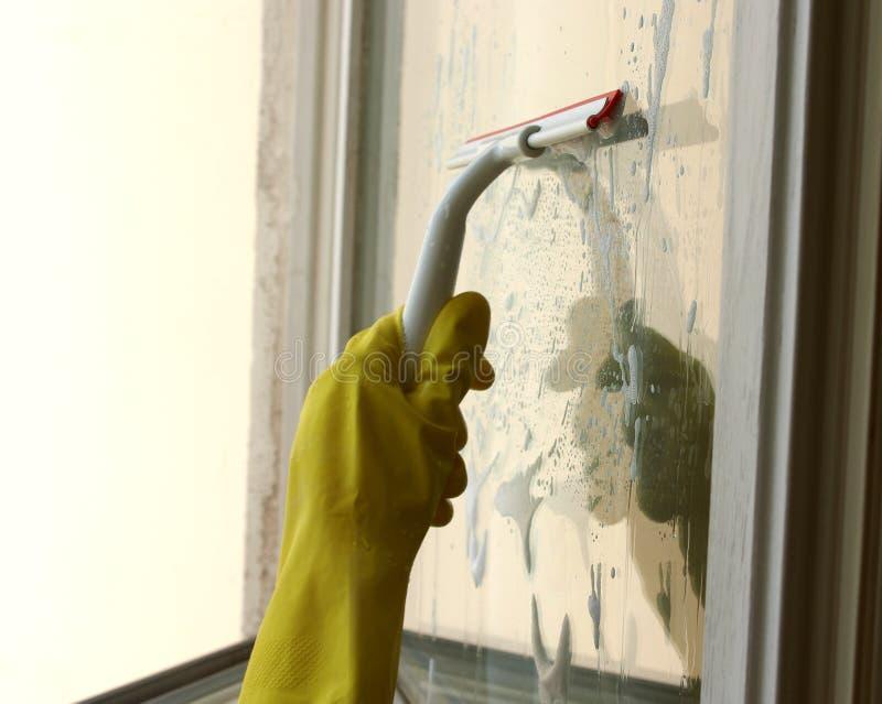 Proces van venster het schoonmaken door rubberschuiver royalty-vrije stock afbeelding