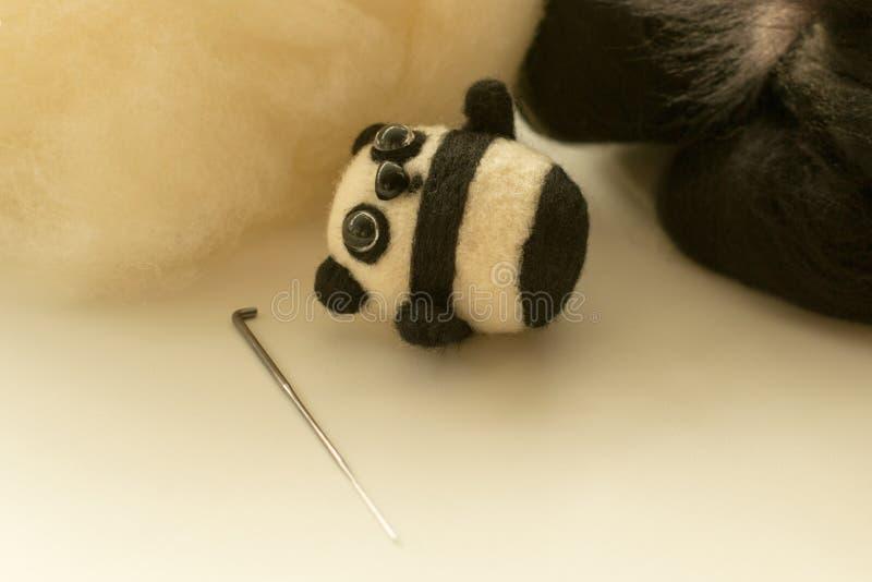 Download Proces Van Viltbekleding Een Stuk Speelgoed Panda Van Een Witte En Zwarte Wol Stock Foto - Afbeelding bestaande uit stof, samenstelling: 107708090