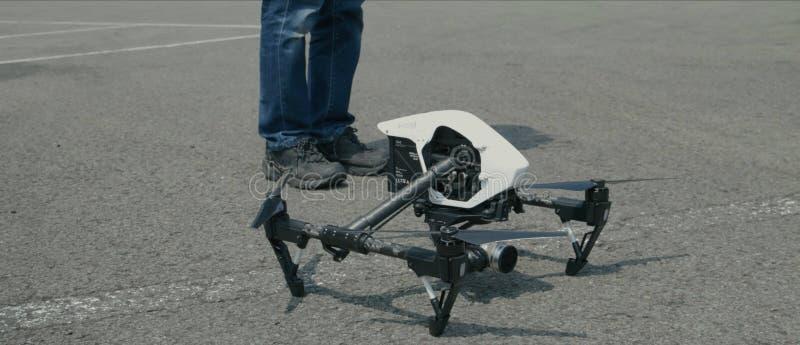 Proces wszczyna? quadcopter trutnia z kamer?, operator wszczyna quadcopter uav, bezpilotowy powietrzny pojazdu lata? Quadroc zdjęcie royalty free