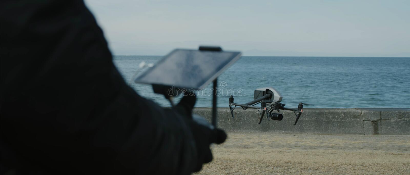 Proces wszczyna? quadcopter trutnia z kamer?, operator wszczyna quadcopter uav, bezpilotowy powietrzny pojazdu lata? Quadroc zdjęcia royalty free
