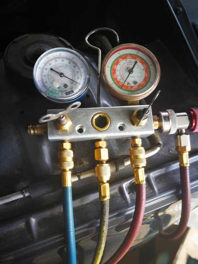 Proces wypełniać samochodowego coolant gaz zdjęcia stock